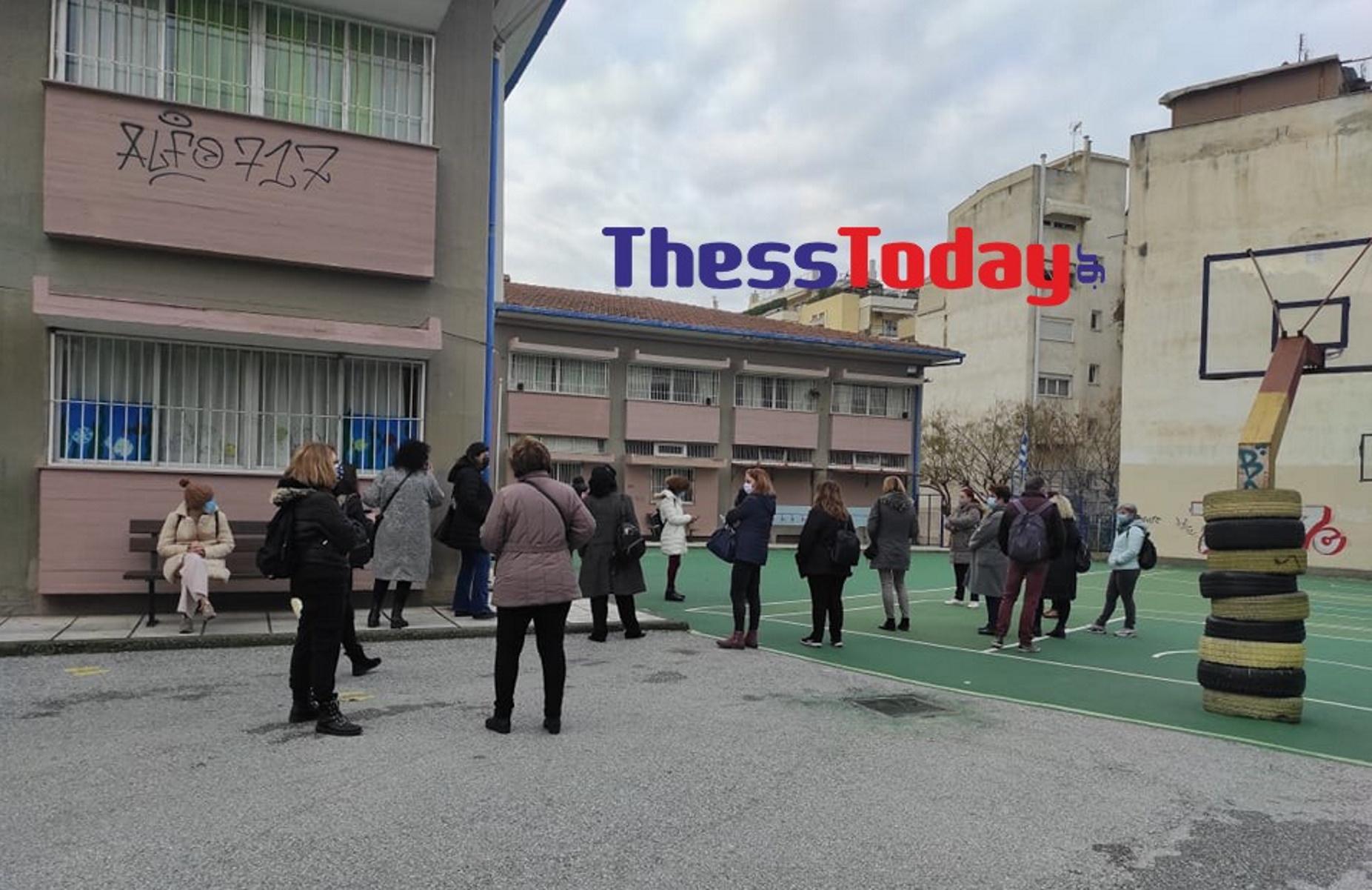 Σχολεία: Εκπαιδευτικοί στην ουρά για rapid test στην Καλαμαριά (pics)