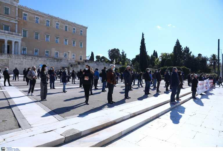 «Ζήλεψε» ΚΚΕ ο ΣΥΡΙΖΑ: Στοίχιση και πανό έξω από τη Βουλή