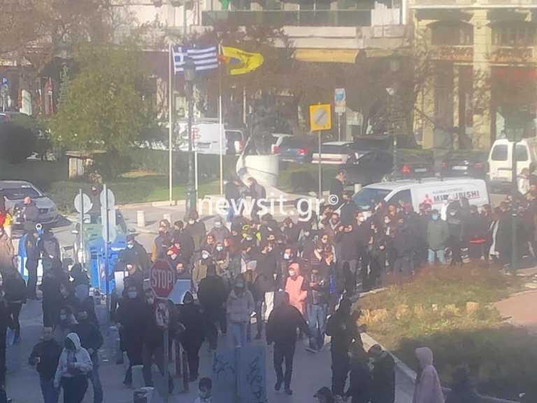 Θεσσαλονίκη: Πανεκπαιδευτικό συλλαλητήριο – Αυγά και συνθήματα στο ΥΜΑΘ (video)
