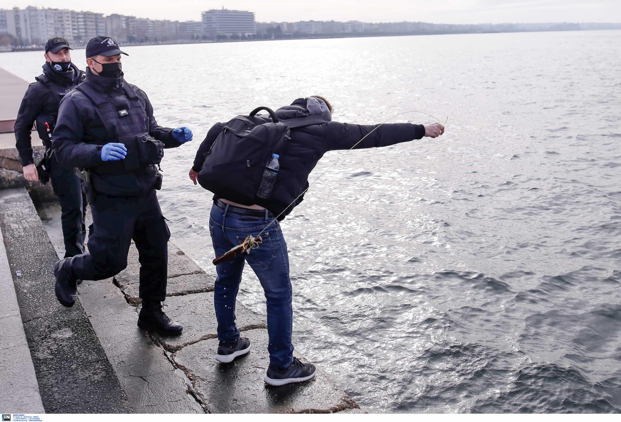 Θεσσαλονίκη: Ένταση και προσαγωγές στον Λευκό Πύργο – Άτομα έριξαν το σταυρό (pics, video)
