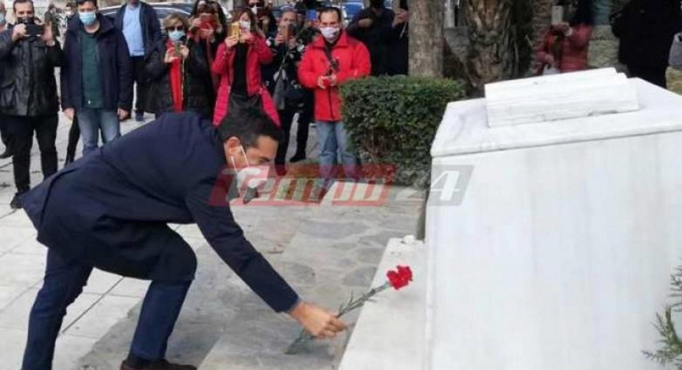 Τσίπρας: Άφησε ένα γαρύφαλλο στο μνημείο του Νίκου Τεμπονέρα – «Ανοργανωσιά στον εμβολιασμό»