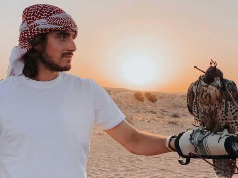 O Στέφανος Τσιτσιπάς φωτογραφίζει την αγαπημένη του με μαγιό στο Ντουμπάι