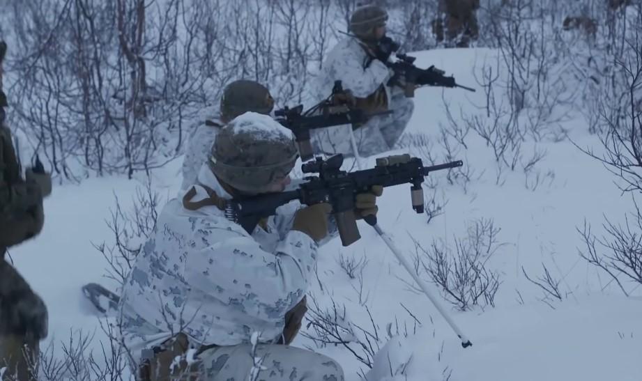 """Αμερικανοί πεζοναύτες """"σκορπίζουν τρόμο"""" μέσα από τα χιόνι σε παγωμένα πεδία επιχειρήσεων! [vid]"""