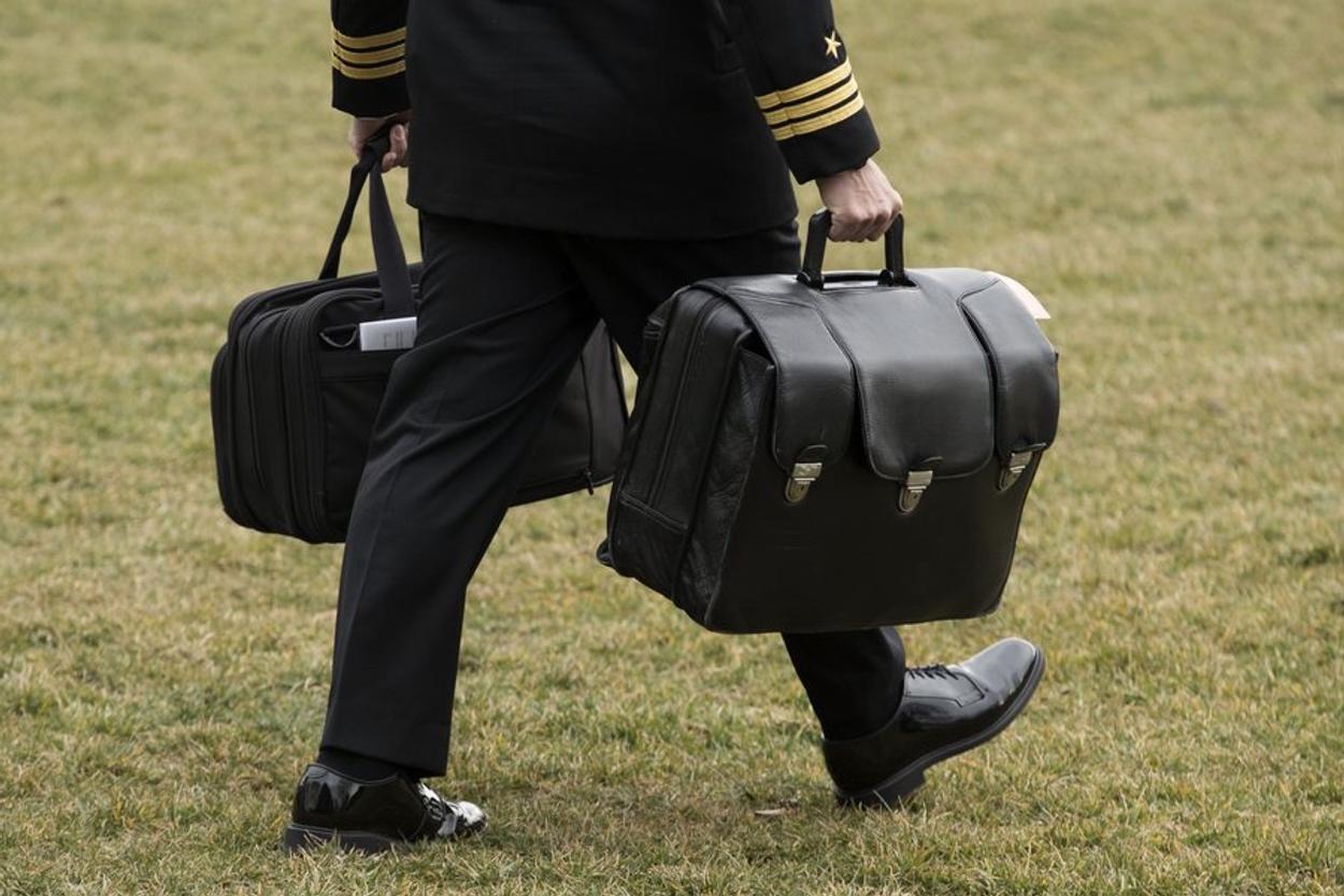 Ντόναλντ Τραμπ: Φεύγοντας θα πάρει μαζί του και τους κωδικούς για τα πυρηνικά όπλα