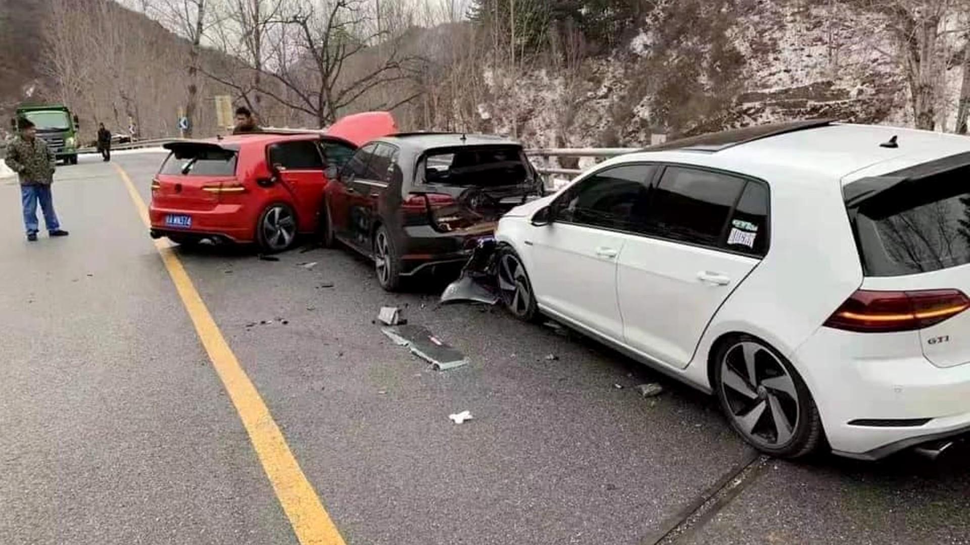Τρία Volkswagen Golf GTI κατάφεραν να τρακάρουν… μεταξύ τους! [pics]