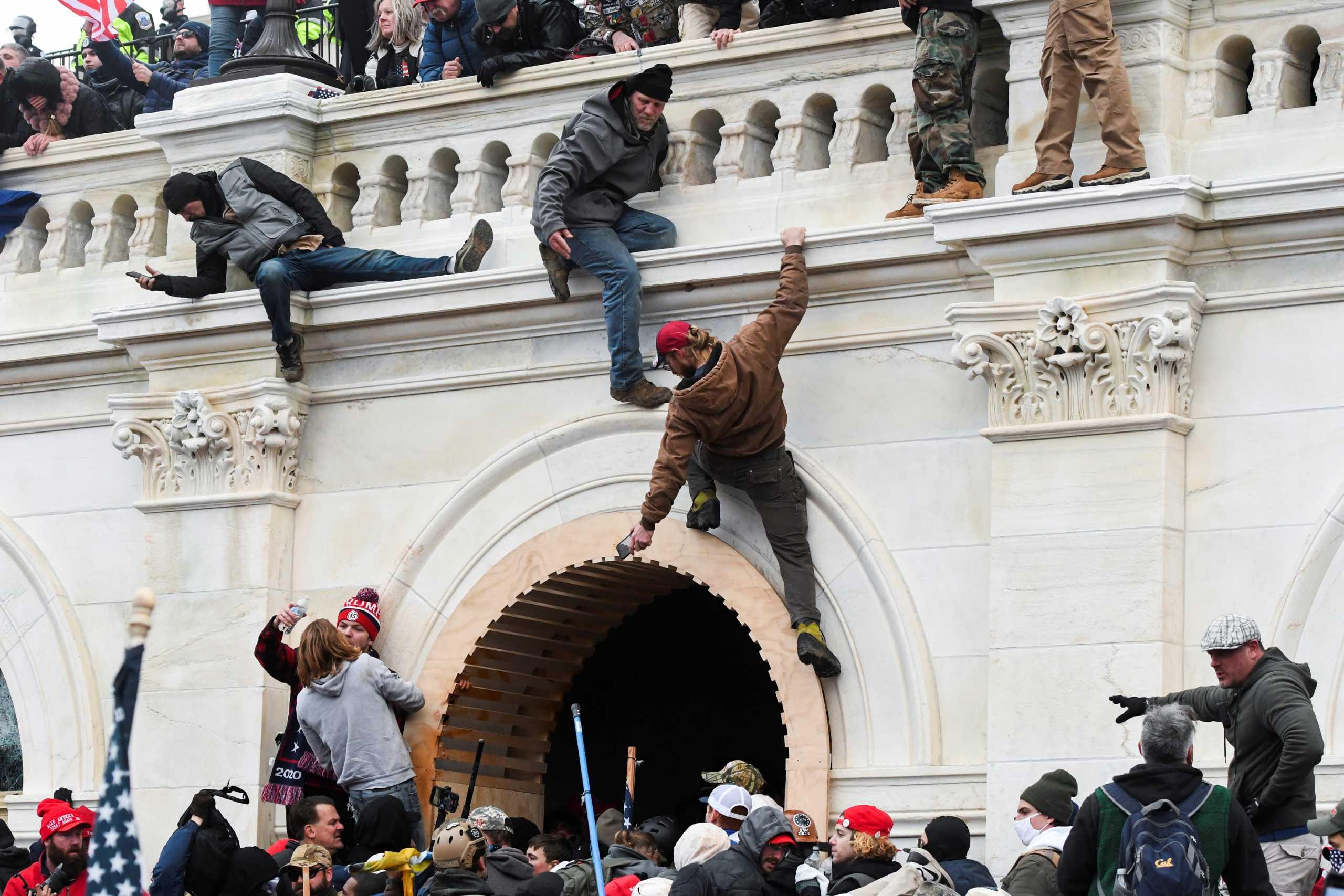 Ο Διεθνής Τύπος κατακεραυνώνει τον Τραμπ: «Το πραξικόπημα της τρέλας» στο Καπιτώλιο