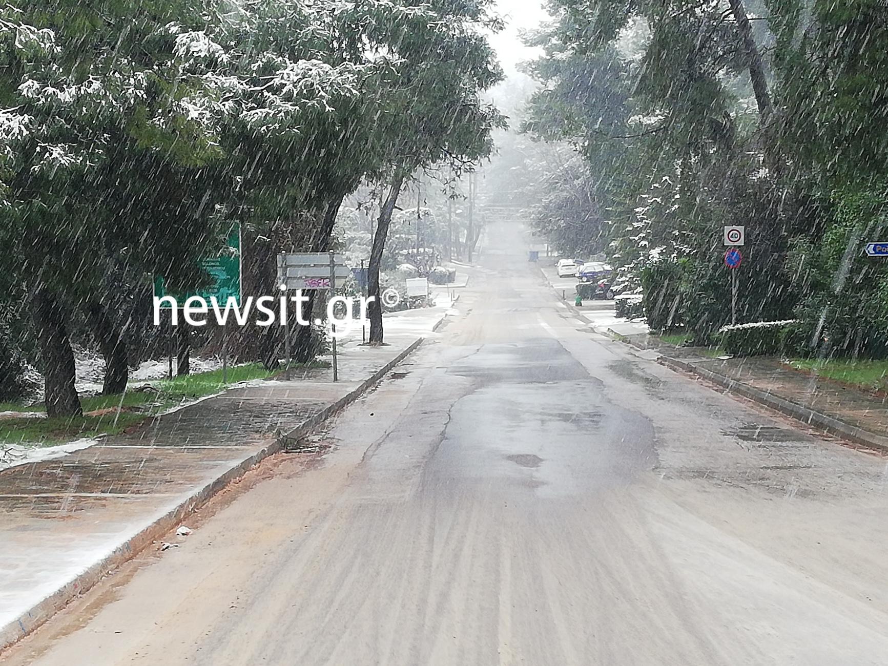 Καιρός – Αττική: Χιονίζει στα βόρεια Προάστια – Κλειστοί δρόμοι σε Πάρνηθα, Πεντέλη και Υμηττό