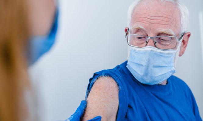 Πρεμιέρα εμβολιασμών στον γενικό πληθυσμό με τους ηλικιωμένους άνω των 85 ετών