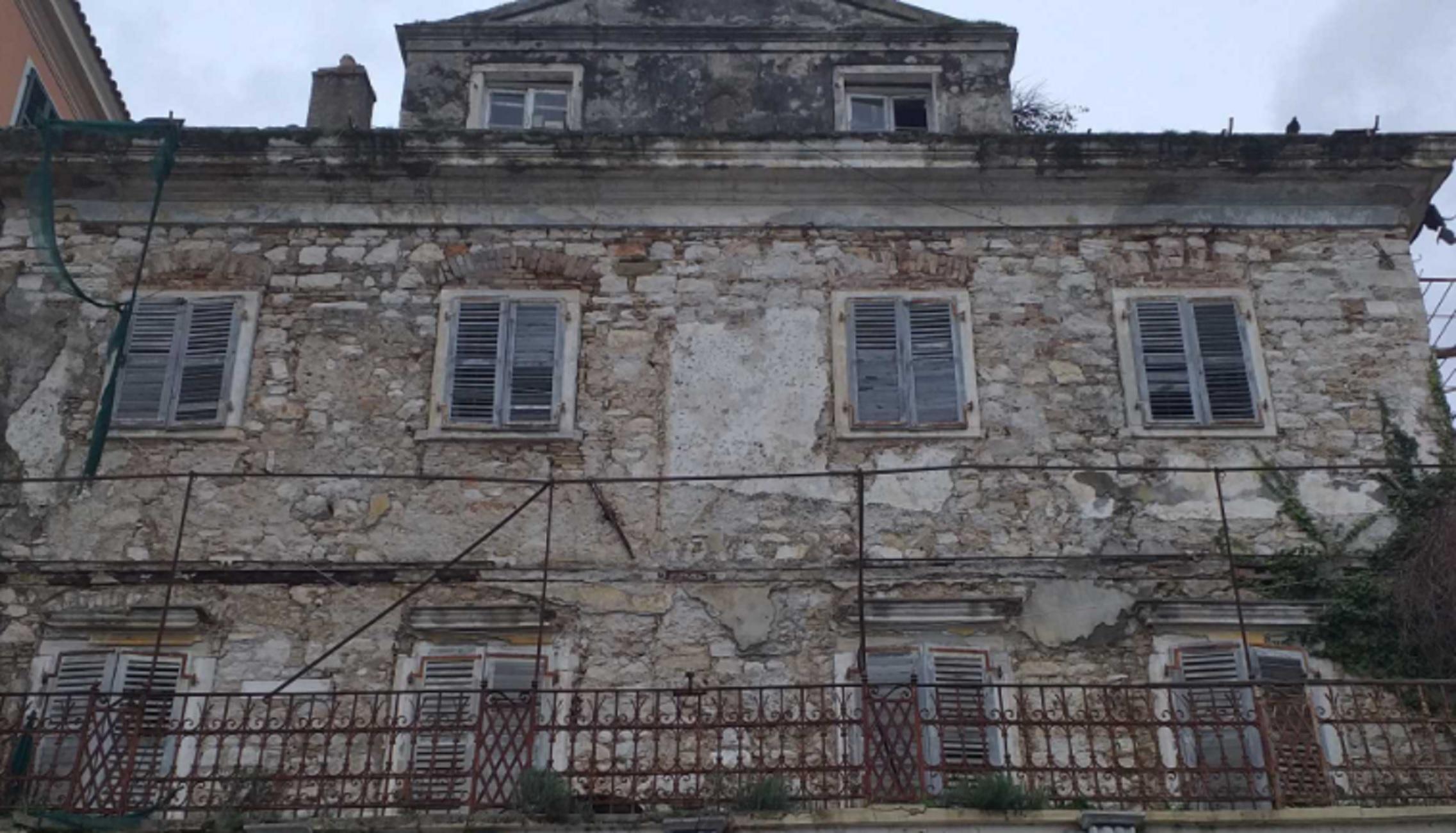 Κέρκυρα: «Στοιχειώνει» στο πέρασμα των χρόνων το αρχοντικό του ζωγράφου Άγγελου Γιαλλινά – Δείτε πως είναι σήμερα (pics)