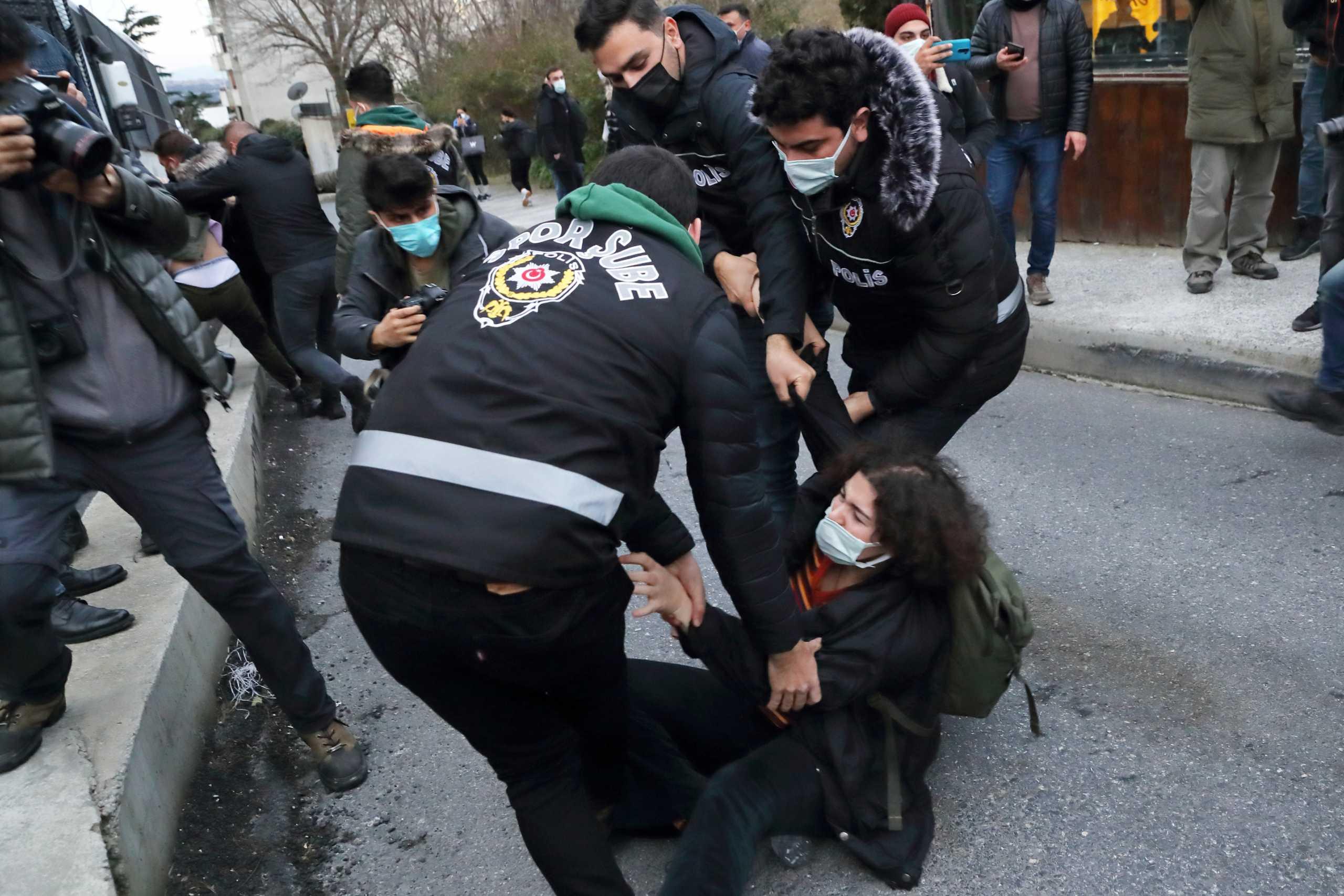 Τουρκία: 159 συλλήψεις φοιτητών στην Κωνσταντινούπολη – Ζητούν την παραίτηση του πρύτανη του πανεπιστημίου του Βόσπορου (pics)