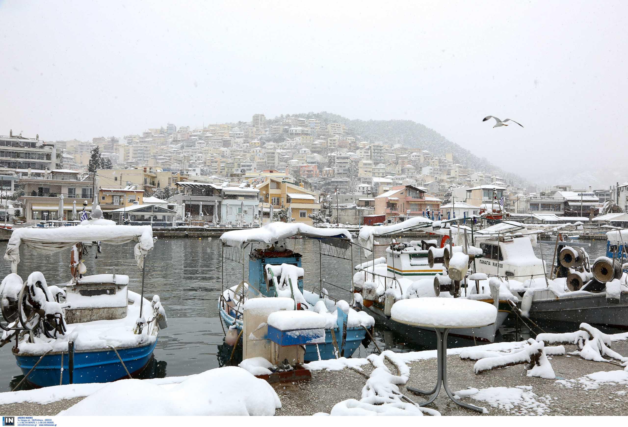 Καιρός – Καβάλα: Έπιασαν χιόνι ακόμα και οι βάρκες στη θάλασσα – Δείτε τις 10 εικόνες που θυμίζουν έργα τέχνης (pics)