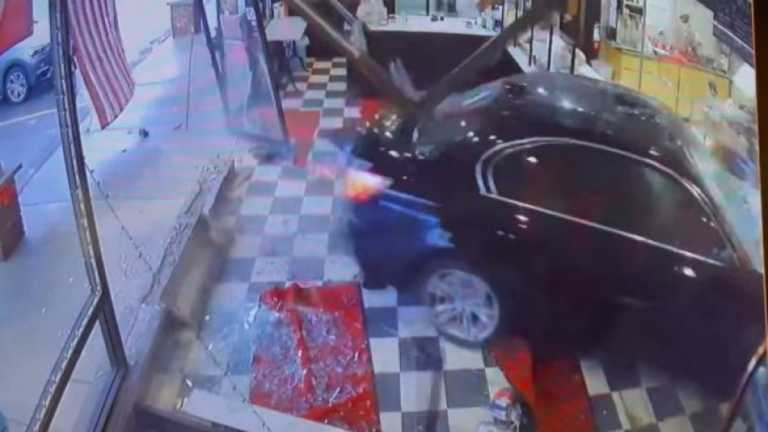 Απίστευτο σκηνικό: 82χρονη οδηγός μπερδεύει γκάζι – φρένο και «μπουκάρει» σε φούρνο (vid)