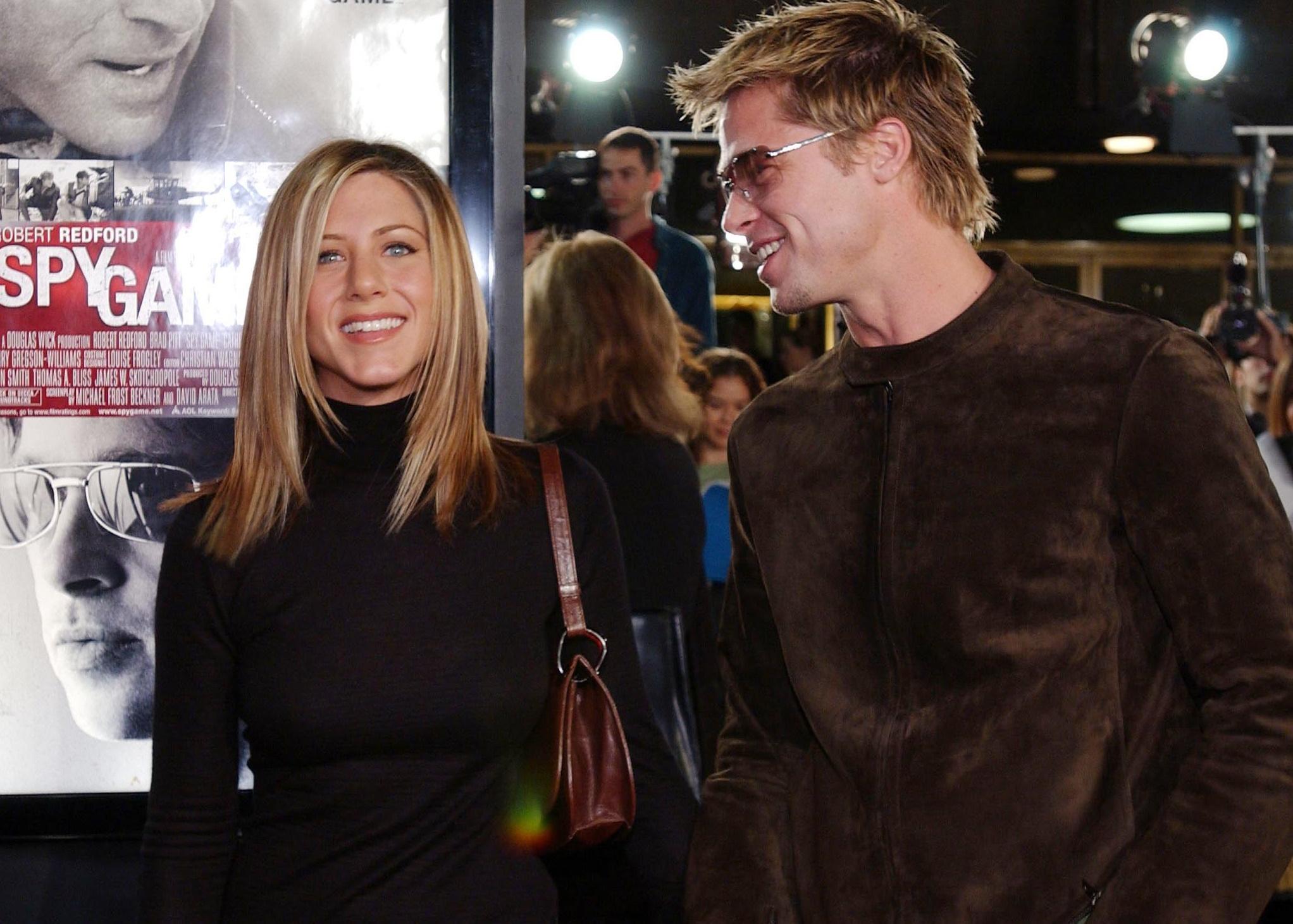Ο Brad Pitt «κρύβεται» σε selfie της Jennifer Aniston; Φουντώνουν τα σενάρια επανασύνδεσης (pic)