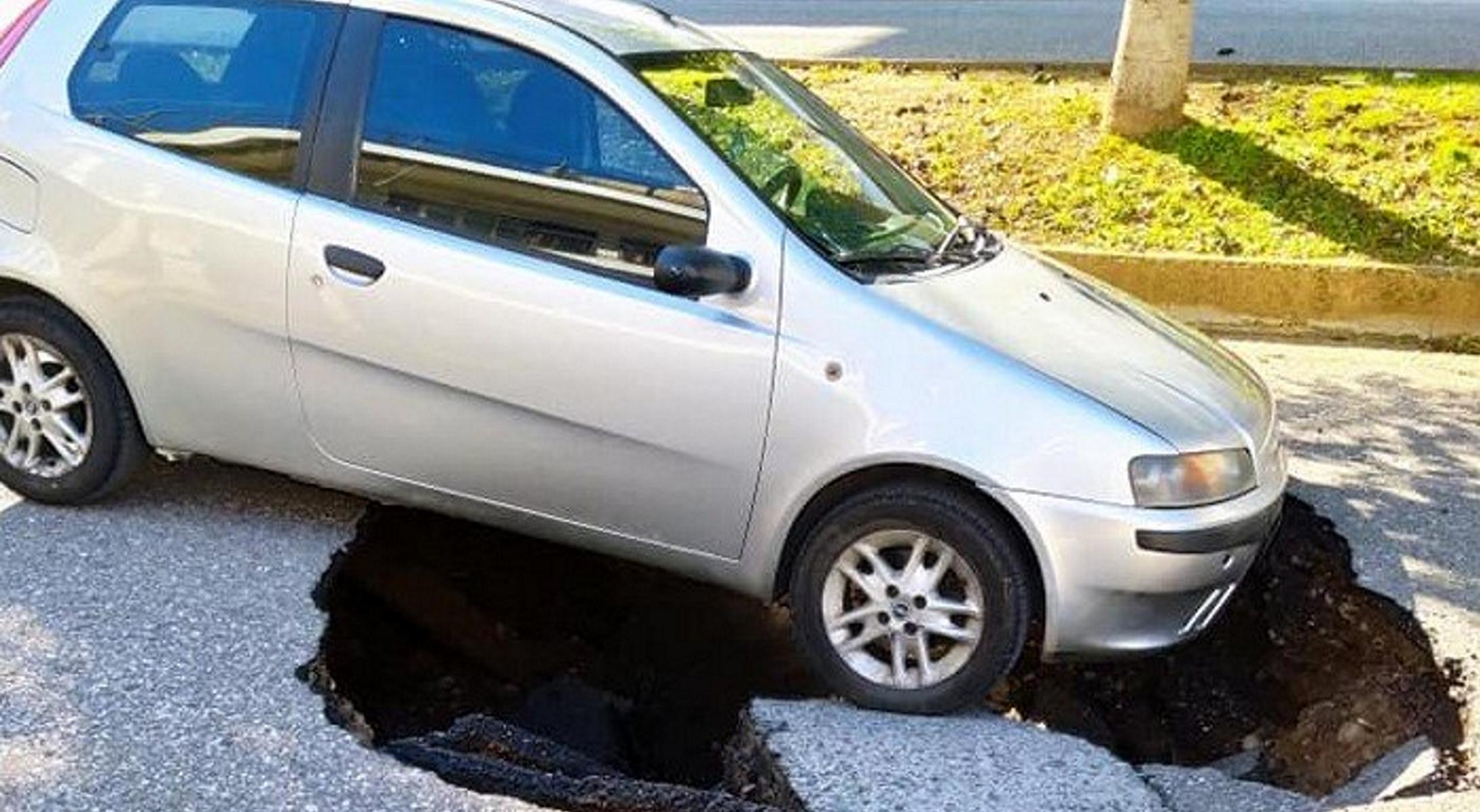 Αγρίνιο: Άνοιξε η γη και «κατάπιε» αυτοκίνητο (pics)