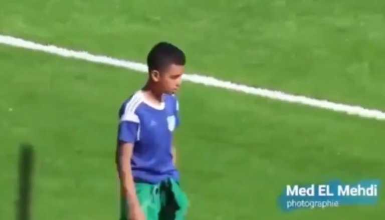 Ball boy «ντύθηκε» τερματοφύλακας κι έδιωξε την μπάλα πάνω στη γραμμή (video)
