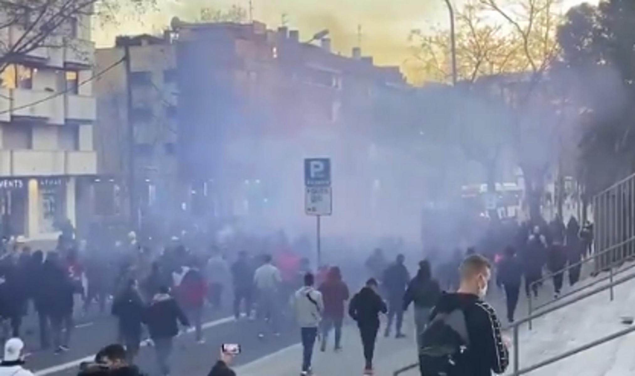 Μπαρτσελόνα – Παρί Σεν Ζερμέν: Πορεία 400 οπαδών των «μπλαουγκράνα» στο Καμπ Νου (video)