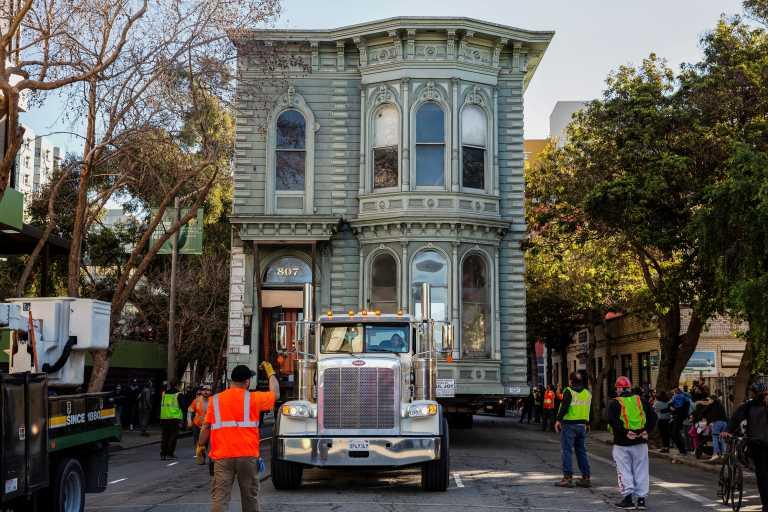 Επική μετακόμιση: Σήκωσαν με φορτηγό 2οροφο σπίτι 465 τ.μ. και το πήγαν πιο κάτω! (pics, vid)