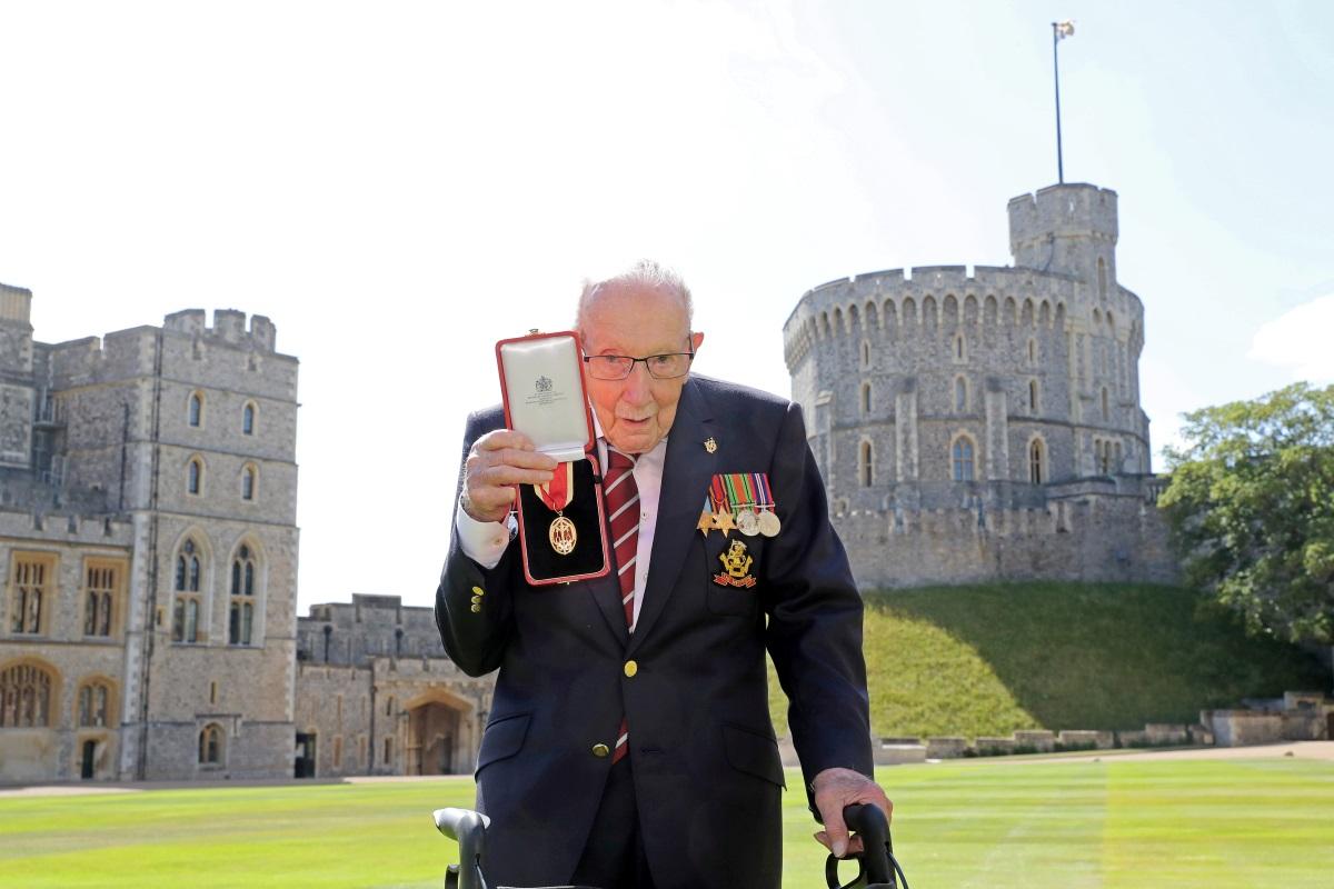 Βρετανία: Ο κορονοϊός «νίκησε» τον βετεράνο Σερ Τομ Μουρ, τον ήρωα που συγκέντρωσε εκατομμύρια λίρες για το NHS