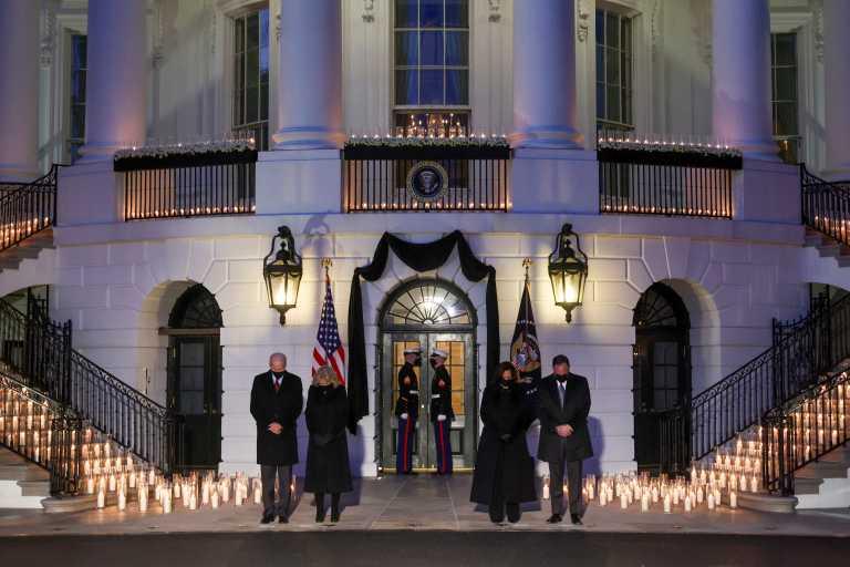 ΗΠΑ – Μπάιντεν: Ενός λεπτού σιγή στη μνήμη των 500.000 του κορονοϊού (pics, vid)