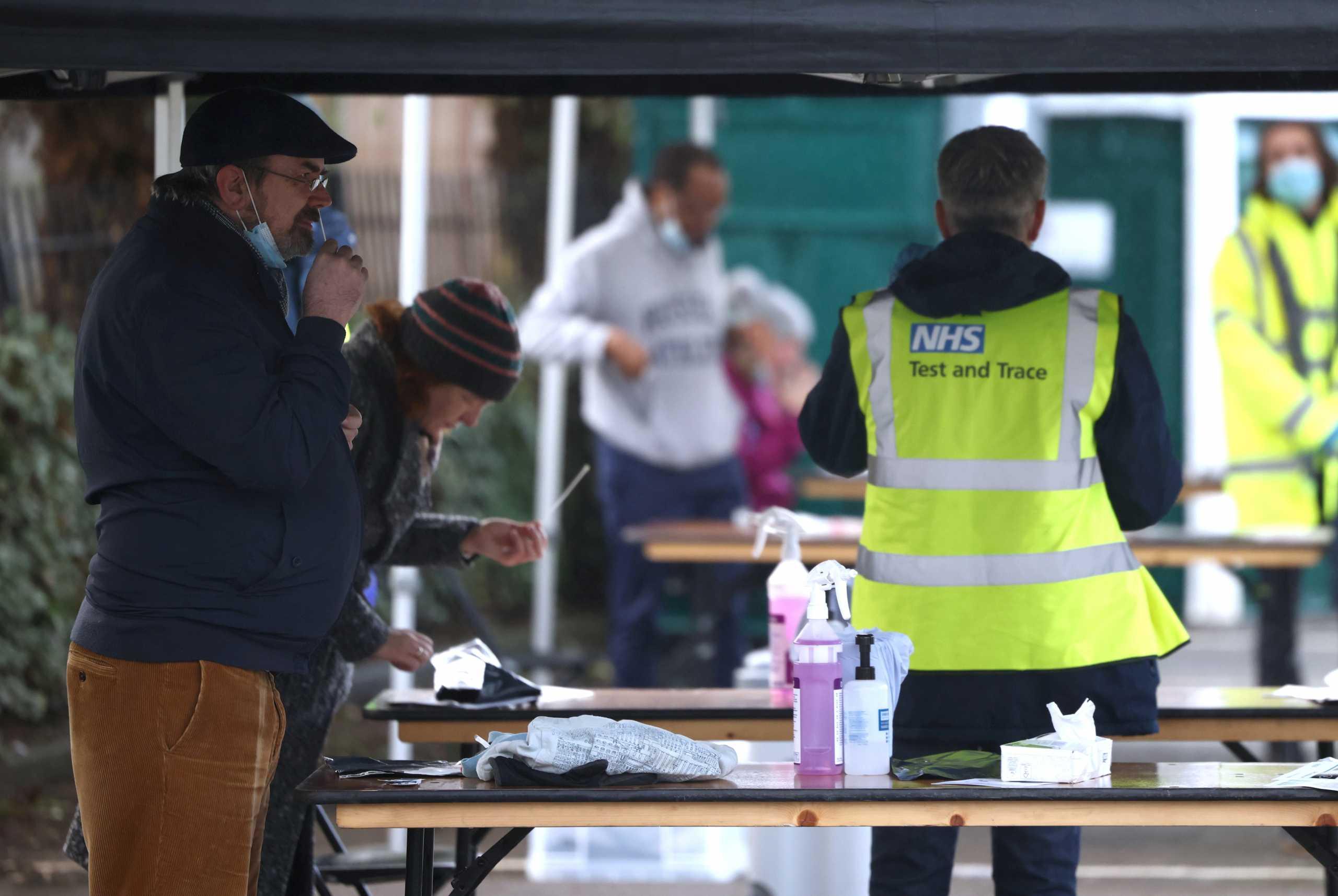 Μετάλλαξη κορονοϊού – Βρετανία: Πόρτα-πόρτα έλεγχοι σε 80.000 ανθρώπους για να μπει «φρένο» στο νοτιοαφρικανικό στέλεχος