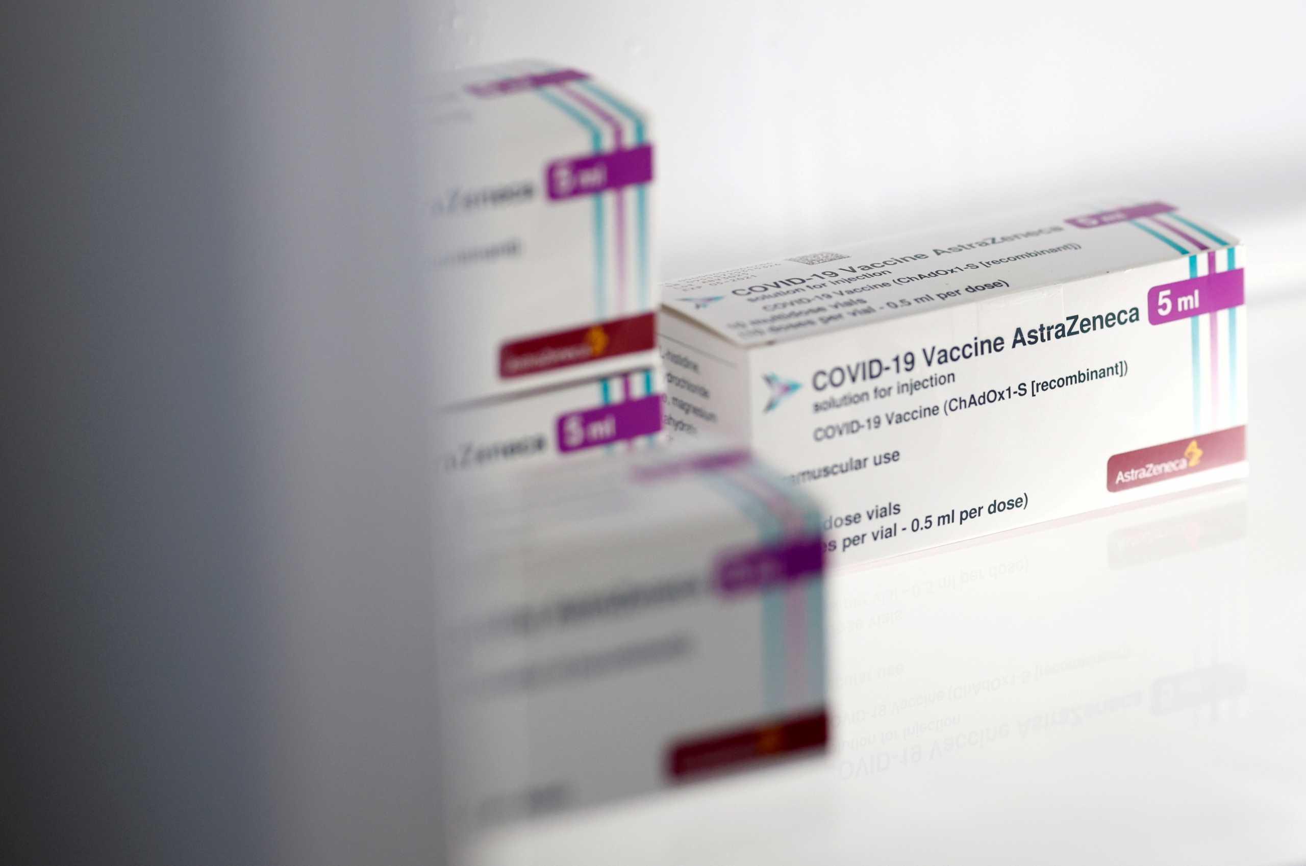 Κίνδυνος για νέο φιάσκο με AstraZeneca –  Ενδέχεται να παραδώσει λιγότερα από τα μισά εμβόλια