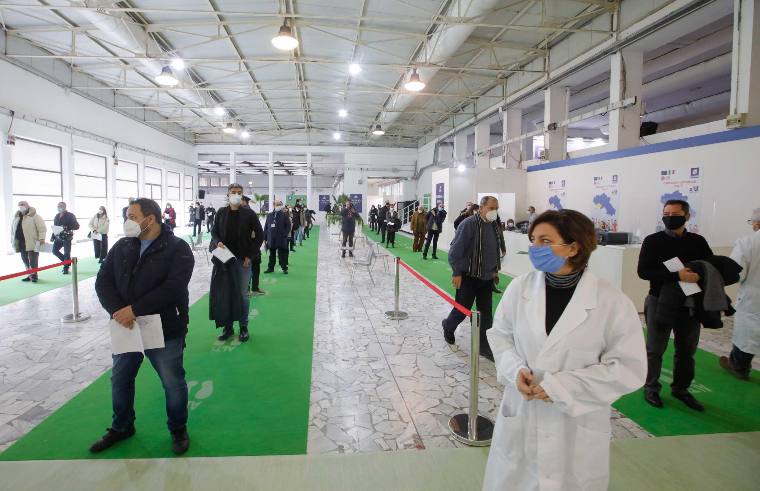 Ιταλία: Αλλαγές στη στρατηγική εμβολιασμού ζητά σύμβουλος της κυβέρνησης – «Απαιτείται οργάνωση στρατιωτικού τύπου»