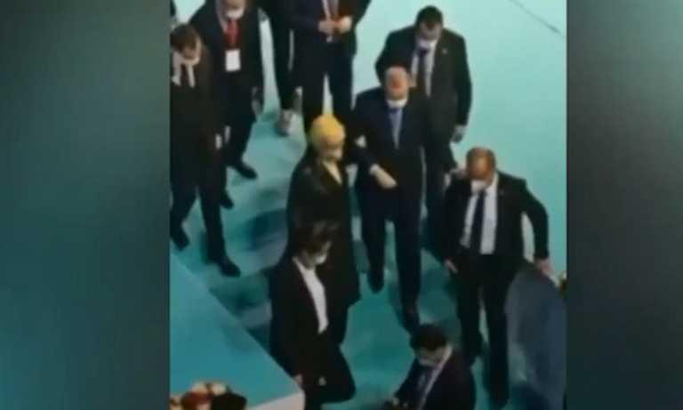 Ερντογάν: Νέα προβλήματα με την υγεία του – Κατεβαίνει σκάλες υποβασταζόμενος