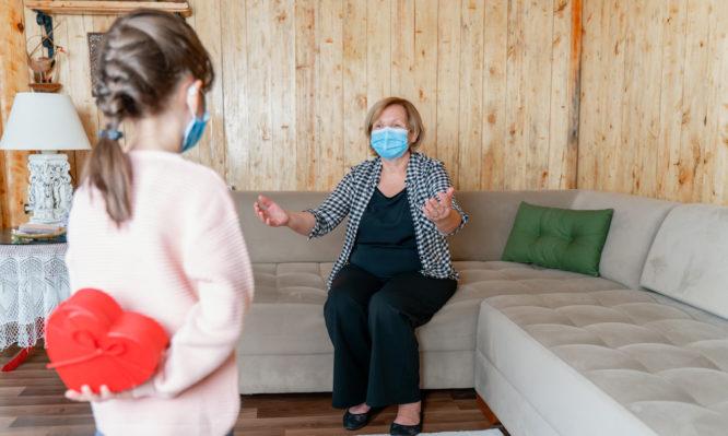 Κορονοϊός: Πόσο ασφαλές είναι να δουν τα εγγόνια τους οι ηλικιωμένοι που έχουν εμβολιαστεί
