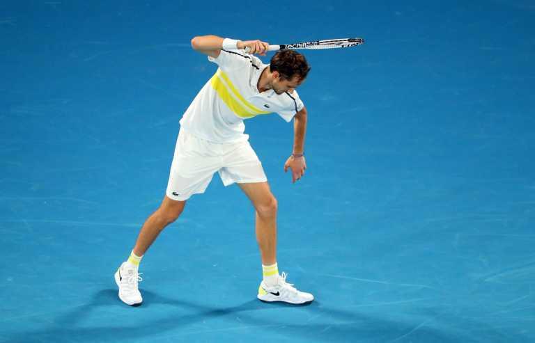 Australian Open: Εκτός εαυτού ο Μεντβέντεφ στον τελικό με Τζόκοβιτς – Έσπασε τη ρακέτα του (video)