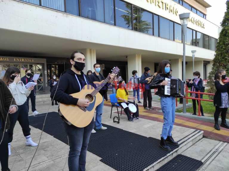 Θεσσαλονίκη: Μουσική διαμαρτυρία φοιτητών – Συμβολικός αποκλεισμός του ΠΑΜΑΚ (video)