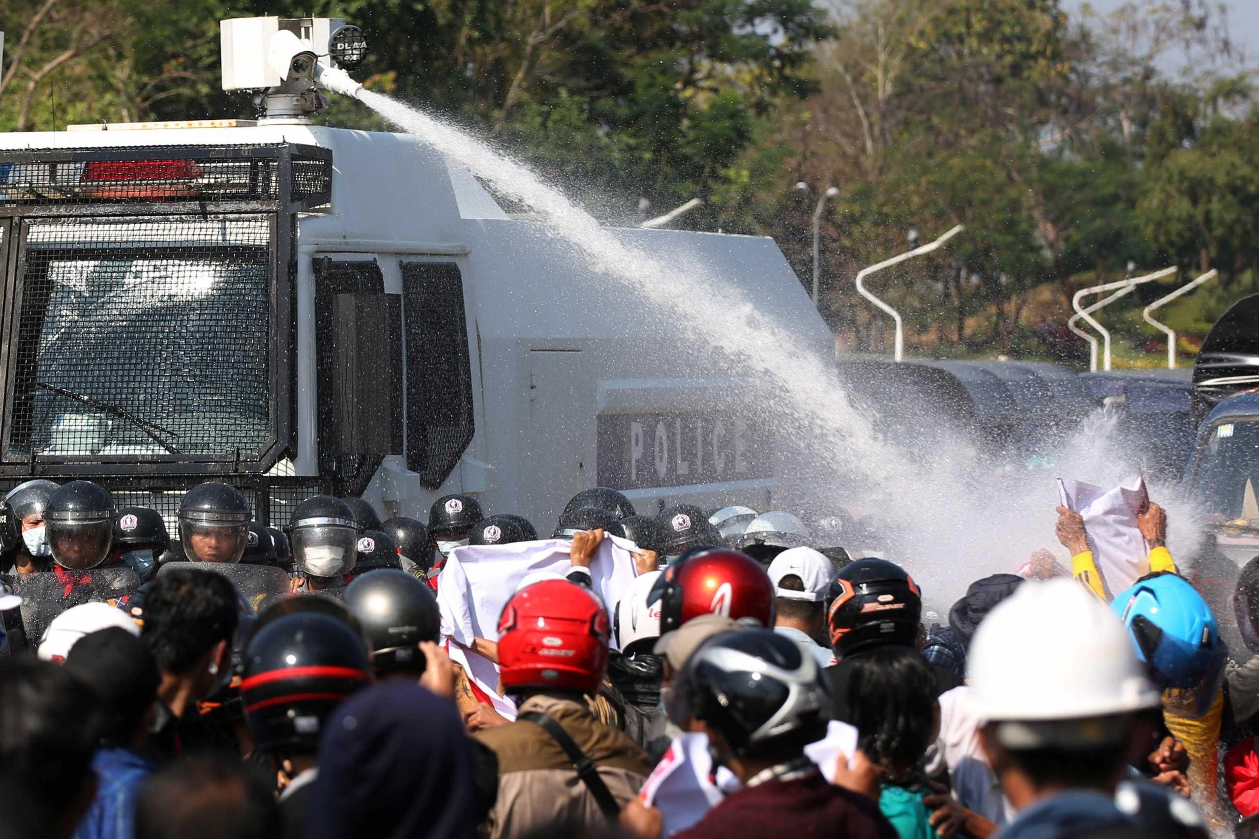 Πραξικόπημα στην Μιανμάρ: Στους δρόμους χιλιάδες κόσμου – Οι αρχές πυροβολούν στον αέρα για να «σπάσουν» οι διαδηλώσεις (pics, vid)