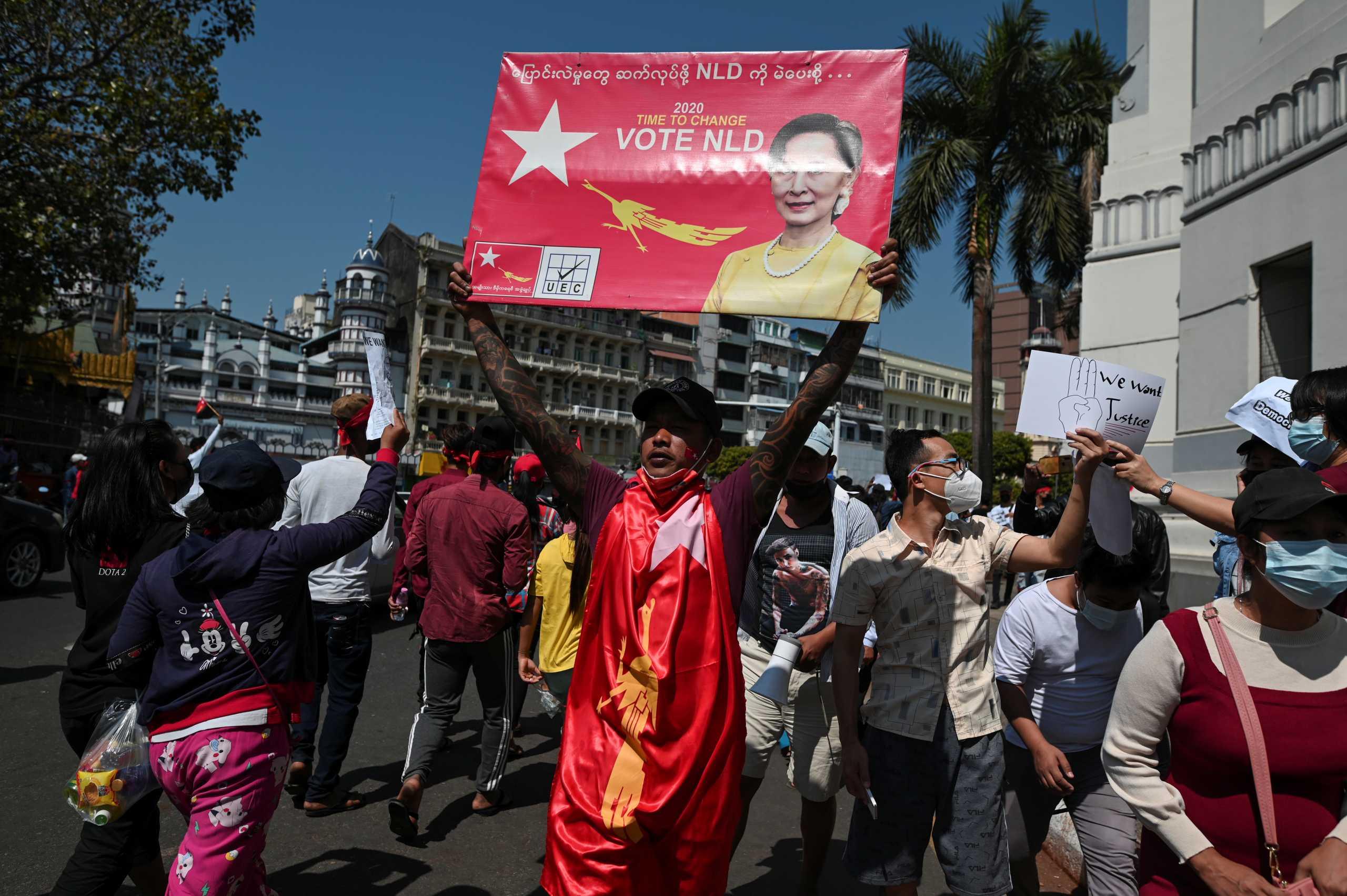 Πραξικόπημα στην Μιανμάρ: Για 6η συνεχή ημέρα εκατοντάδες πολίτες διαδηλώνουν – Με κυρώσεις απειλούν οι ΗΠΑ (pics, vids)