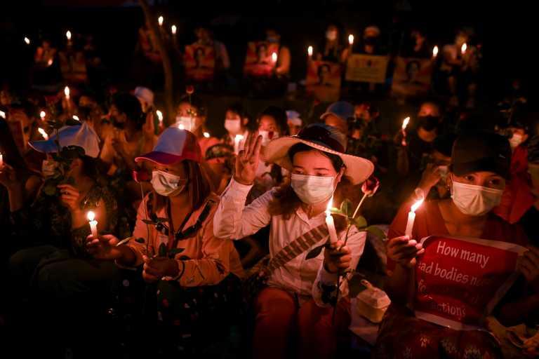 Μιανμάρ: Αντιδικτατορική διαδήλωση η κηδεία νεαρής διαδηλώτριας – «Θα θυσιαστούμε για την ελευθερία» (pics)