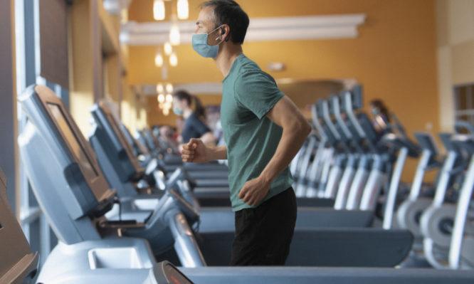 Κορονοϊός: Θα επιστρέψουμε στα γυμναστήρια με μάσκα; Τι λέει η νέα σύσταση του CDC
