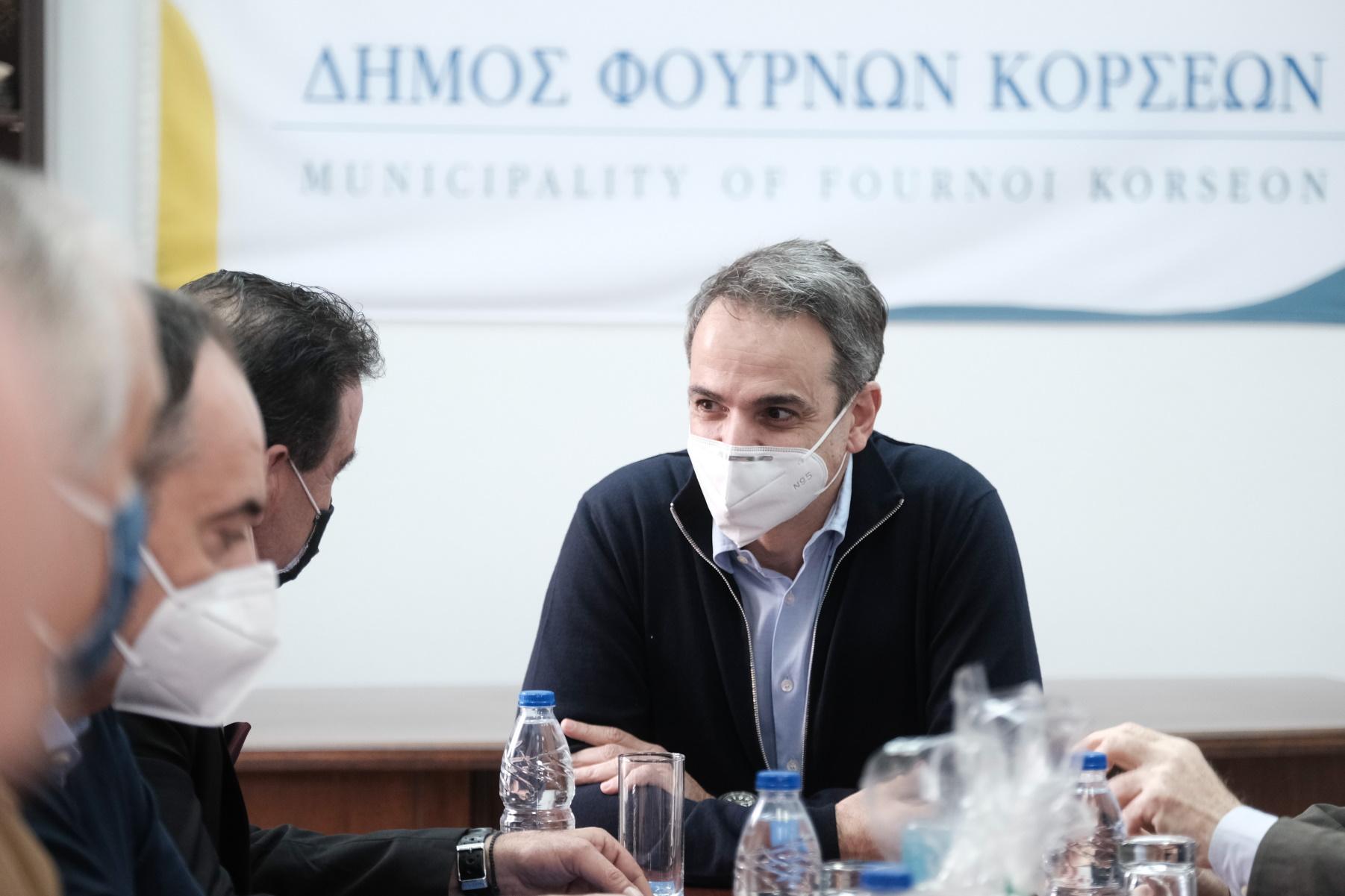 Μητσοτάκης στους Φούρνους: Όλοι ανταποκρίνονται στον εμβολιασμό – Έπαινοι Φέργκιουσον για τον χειρισμό της Ελλάδας στην πανδημία