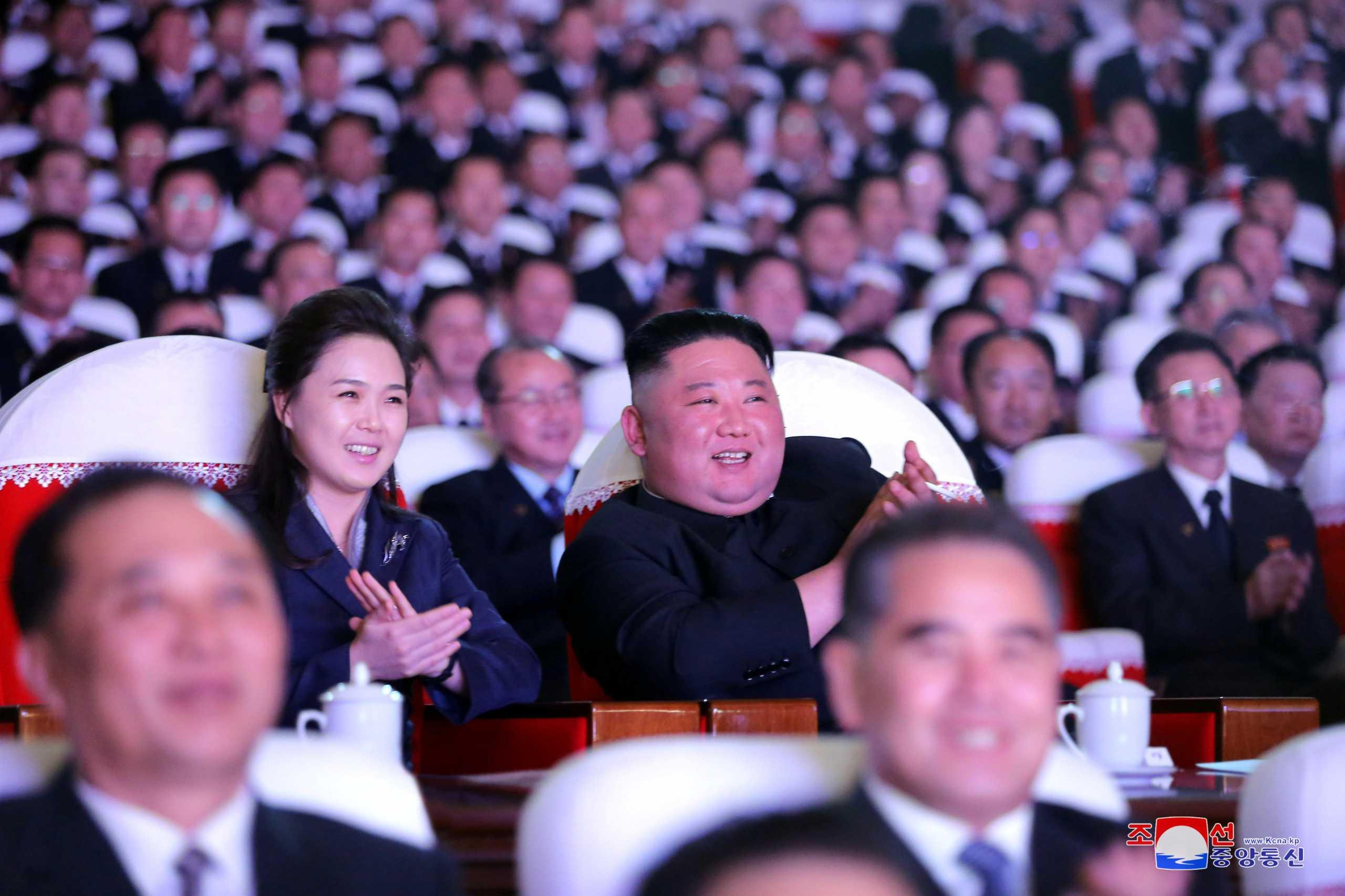 Κιμ Γιονγκ Ουν: Εμφανίστηκε δημόσια μετά από ένα χρόνο η σύζυγός του – Πού είχε «εξαφανιστεί»