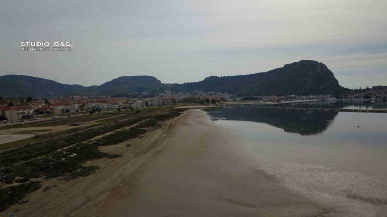 Ναύπλιο: Γιατί «εξαφανίζεται» η θάλασσα – Εντυπωσιακές εικόνες
