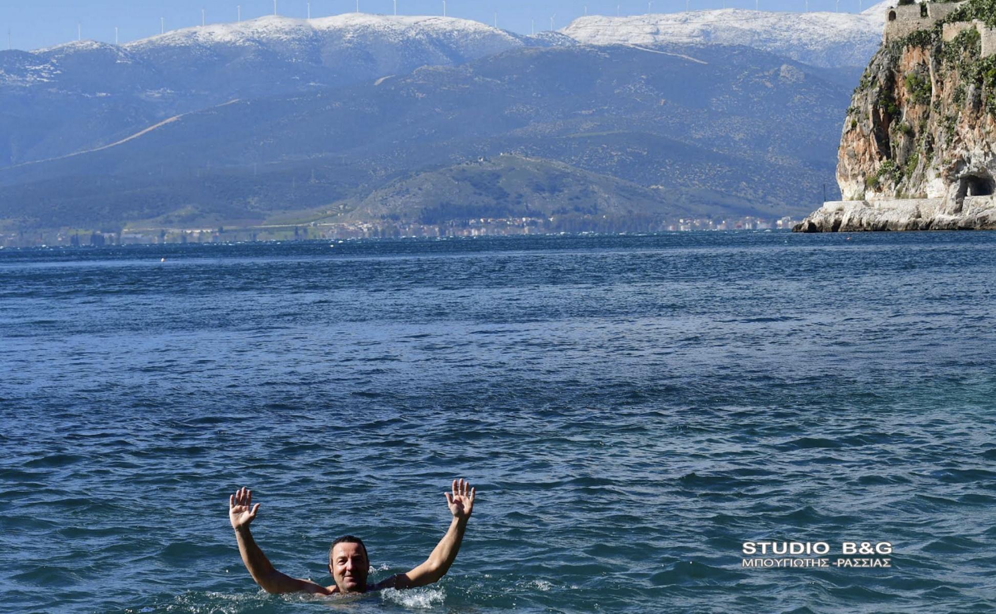 Καιρός – Ναύπλιο: Αψήφησαν τα χιόνια οι χειμερινοί κολυμβητές (pics)