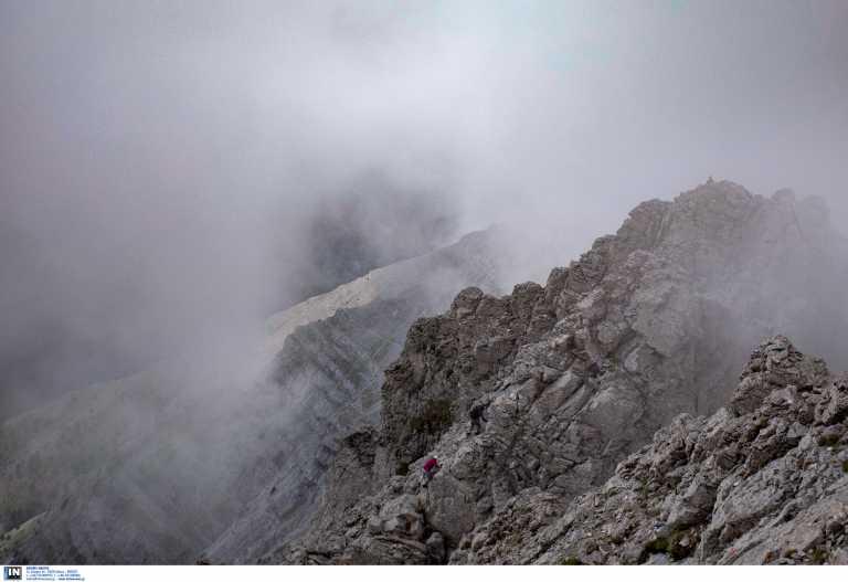 Πάρνηθα: Με ελικόπτερο super puma συνεχίζεται η προσπάθεια ανάσυρσης του νεκρού ορειβάτη