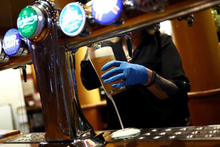 ΗΠΑ: Μια μπίρα ή 100 δολάρια – Πρωτότυπα κίνητρα για τον εμβολιασμό κατά του κορονοϊού