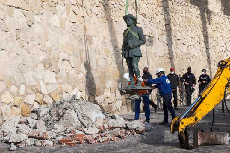 Το τελευταίο άγαλμα του δικτάτορα Φράνκο αποκαθηλώθηκε σε μια «ιστορική μέρα» για την Ισπανία (pics)