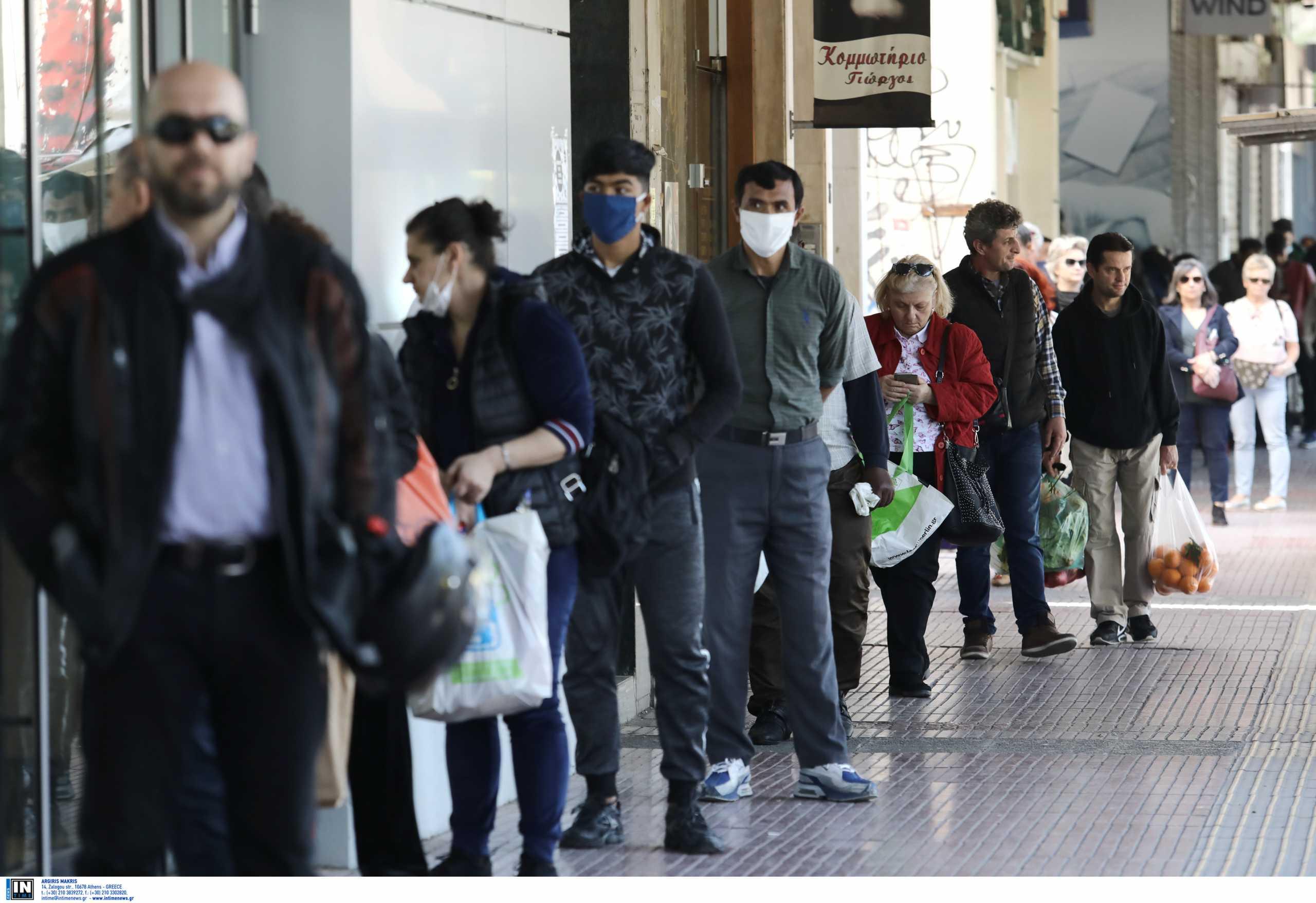 Ανησυχία ΙΕΛΚΑ: Μεγάλες ουρές έξω από τα καταστήματα τις ώρες αιχμής