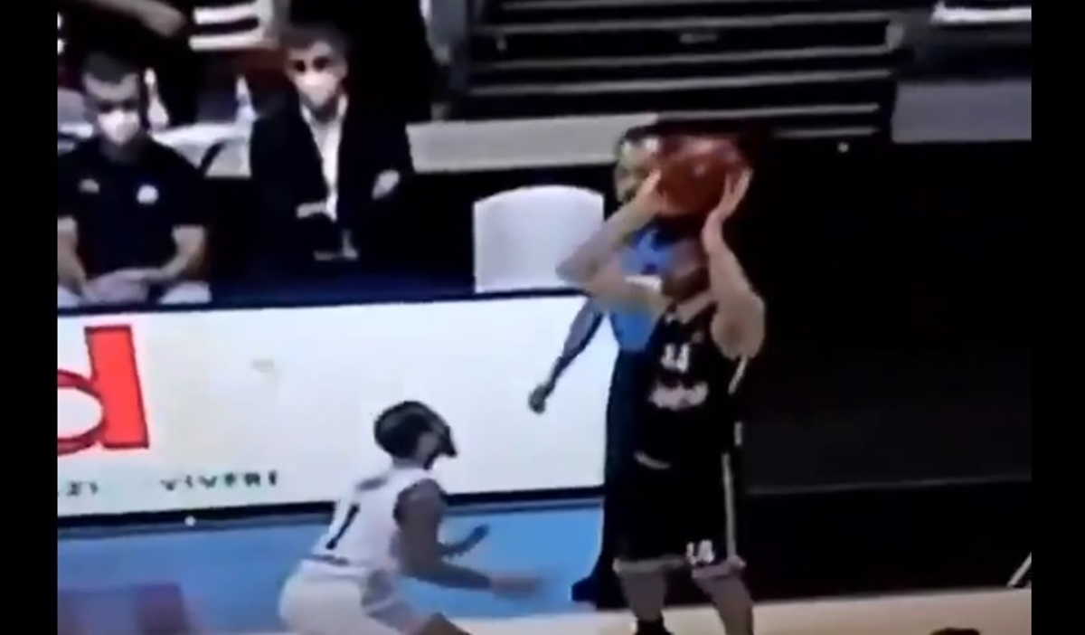 Ασύλληπτος Τεόντοσιτς, έγινε viral η πάσα του με κεφαλιά (video)