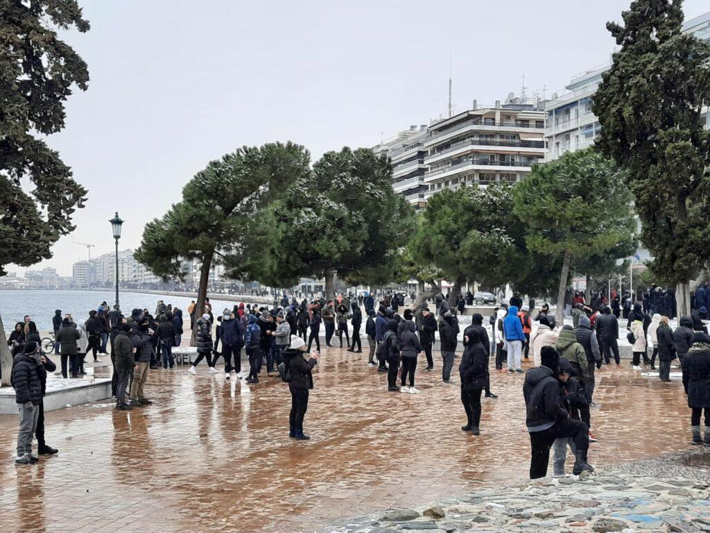Κορονοϊός: Συγκεντρώσεις αρνητών σε Θεσσαλονίκη, Πάτρα και Ζάκυνθο – Πανό, συνθήματα και αντεγκλήσεις (video)