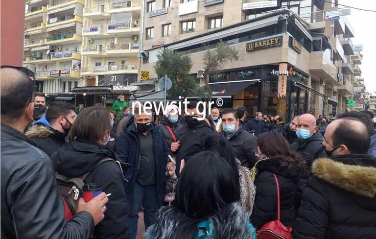Lockdown: Ένταση και διαμαρτυρίες έξω από το δημαρχείο Ευόσμου (pics)