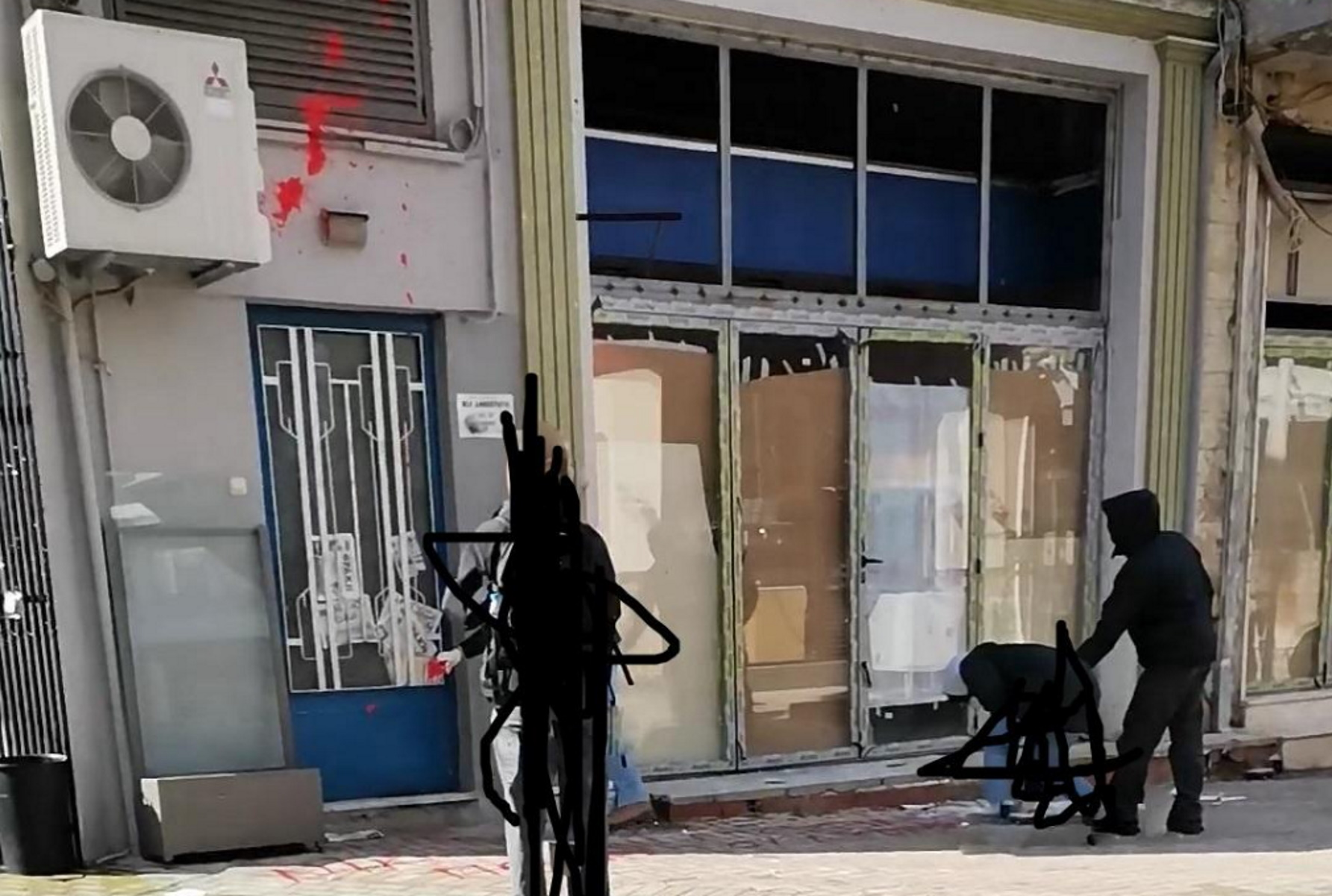 Ξάνθη: Πέταξαν μπογιές στα γραφεία της ΝΔ για τον Κουφοντίνα (pics)