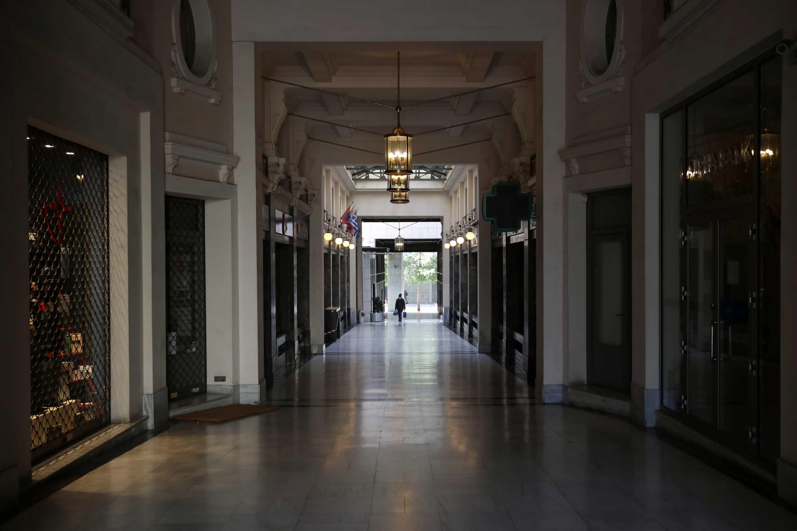 Το αυστηρό lockdown στην Αττική ανεβάζει έλλειμμα και χρέος και «κουρεύει» την ανάπτυξη