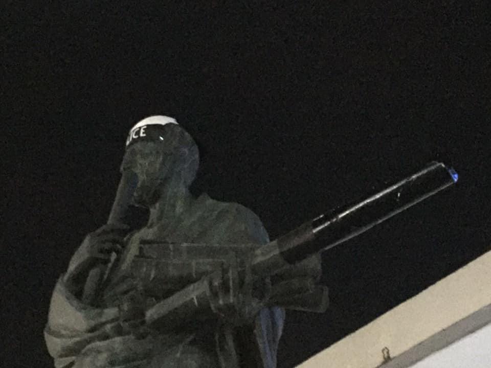 Θεσσαλονίκη: Έκαναν… αστυνομικό το άγαλμα του Αριστοτέλη – Το άφησαν σε αυτή την κατάσταση (pics)