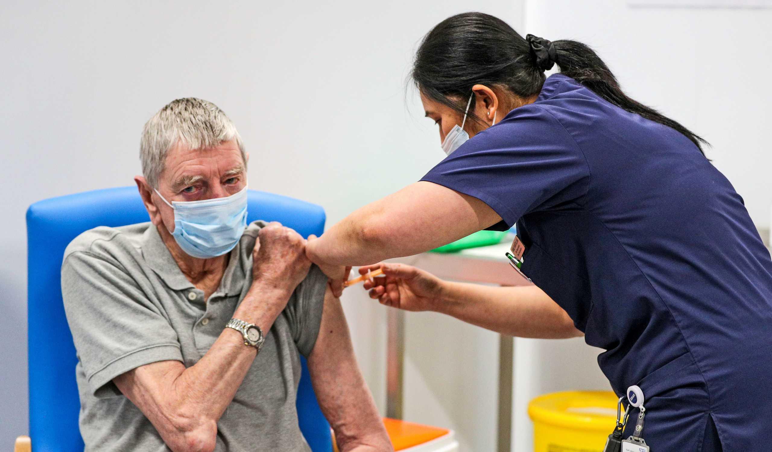 Κορονοϊός: Γιατί πρέπει να συνεχίσετε να φοράτε μάσκα αν κάνατε το εμβόλιο
