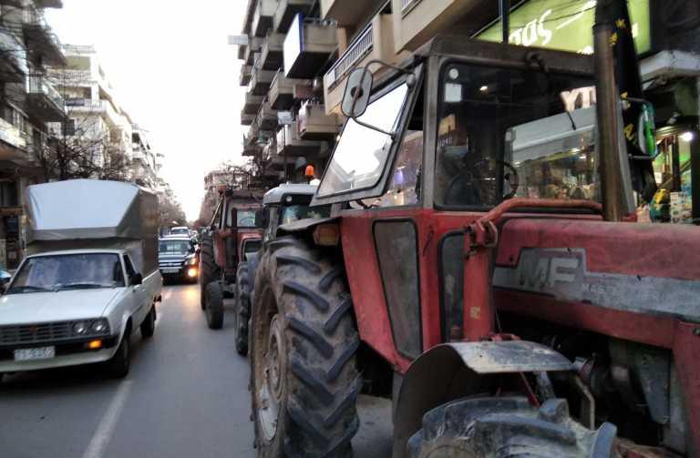 Λάρισα: Πήγαν με τα τρακτέρ στην Περιφέρεια Θεσσαλίας οι αγρότες (video)